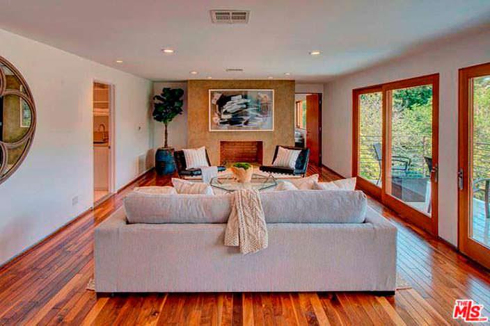 Дизайн гостиной с камином и полированным паркетом