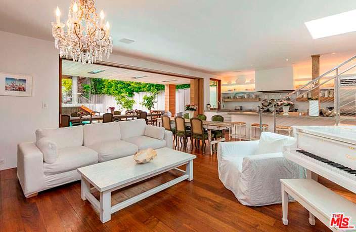 Белый рояль в дизайне гостиной