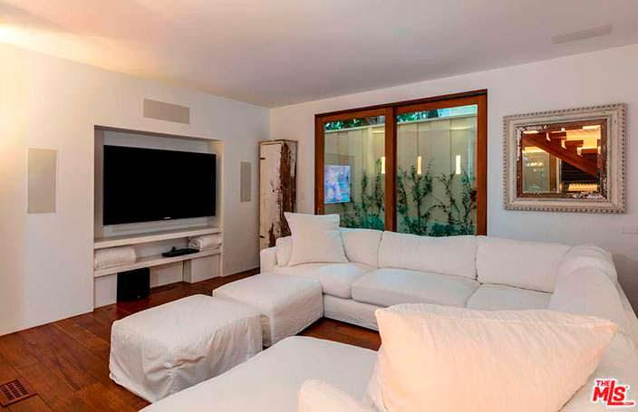 Телевизор в дизайне гостиной с угловым диваном