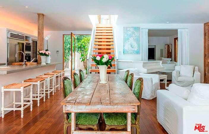 Кухня-столовая-гостиная в доме Памелы Андерсон в Малибу