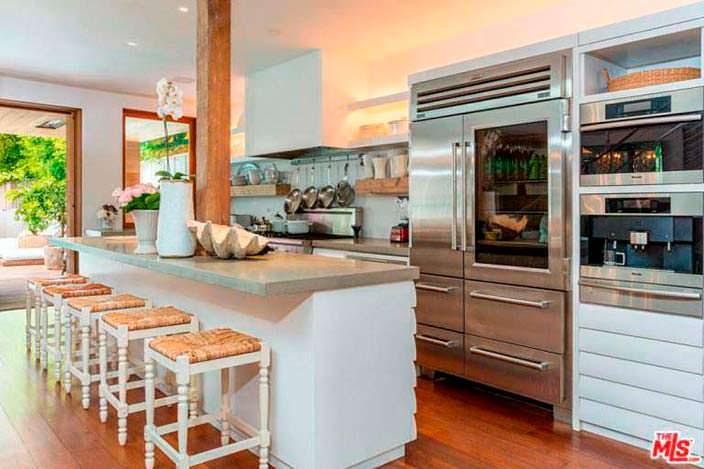 Кухня в современном стиле в доме Памелы Андерсон в Малибу