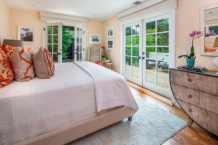 Спальня в испанском стиле в доме писателя Рэймонда Чандлера