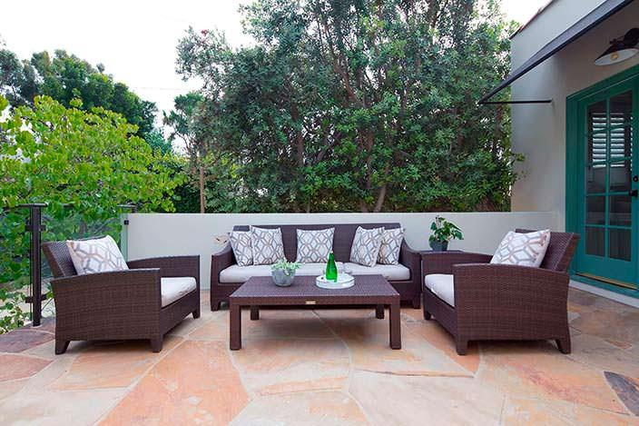 Обеденная зона на открытом воздухе у дома в испанском стиле