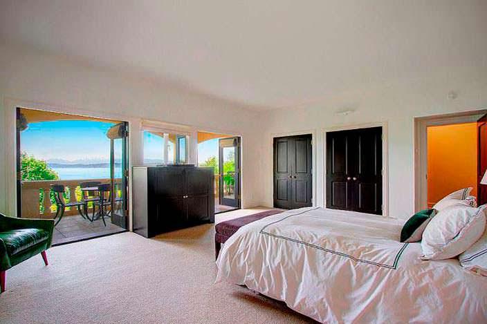 Интерьер спальни с панорамным балконом
