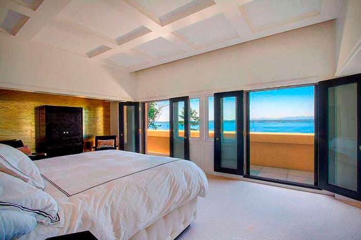 Спальня с балконом и видом на залив Эллиот в Сиэтле