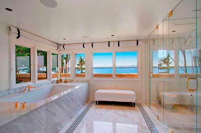 Дизайн мраморной ванной комнаты с видом на залив Эллиот