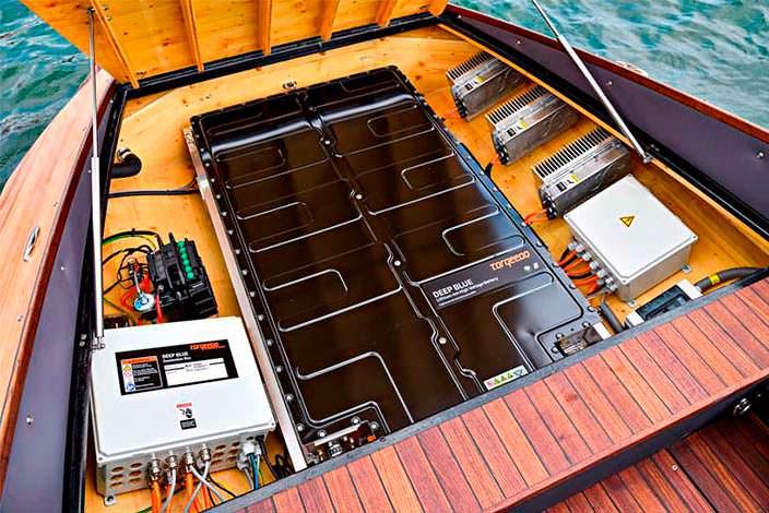Аккумулятор BMW i3 в моторном отсеке Torqeedo Deep Blue