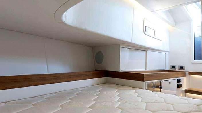Спальня в катере Alen 45