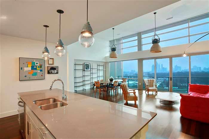 Кухня-столовая с островом и панорамным окном в пентхаусе