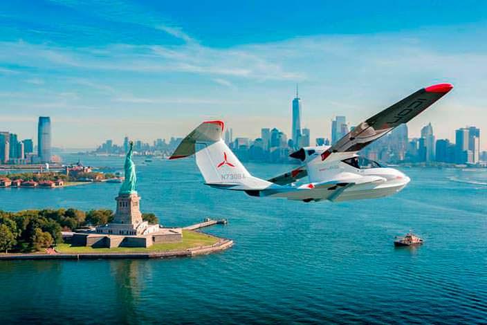 Самолет-амфибия ICON A5 в небе над Статуей Свободы