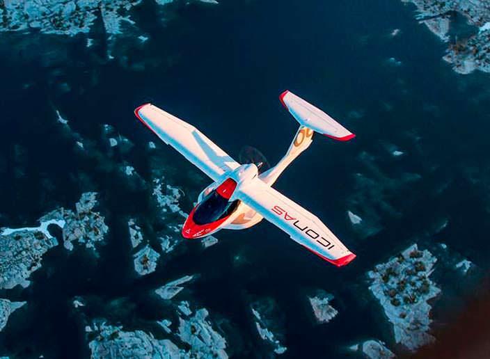 Частный самолет-амфибия ICON A5 в полете
