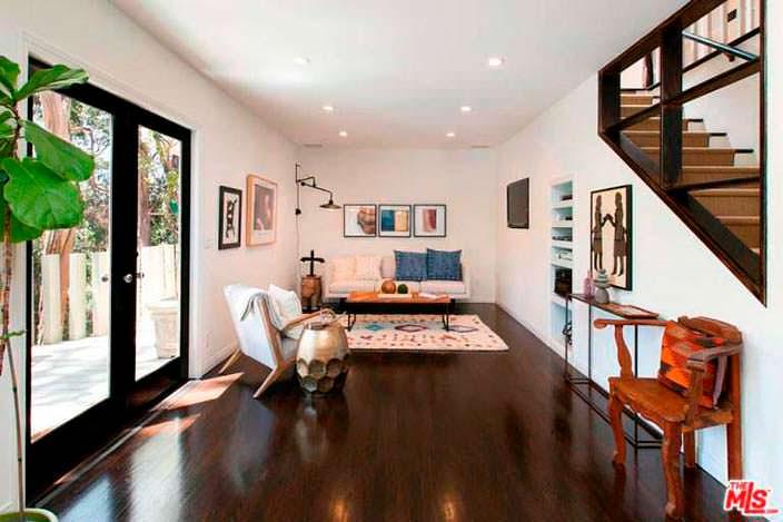 Дизайн комнаты с полированным деревянным полом