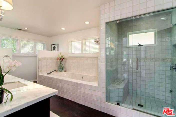 Ванная комната с душевой кабиной за прозрачной стеной