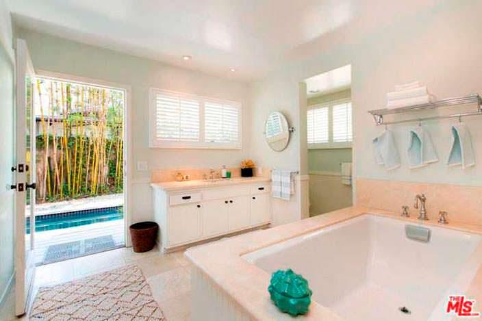 Ванная комната с выходом к бассейну на заднем дворе дома
