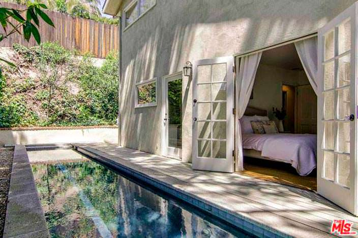 Спальня с выходом к бассейну в доме Винса Вона