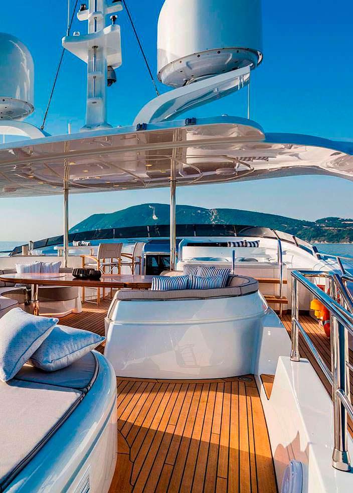 Солнечная терраса на борту яхты Clorinda от ISA Yachts