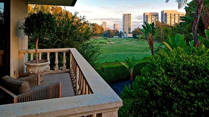 Вид на гольф-клуб с балкона дома Адама Левина в Калифорнии