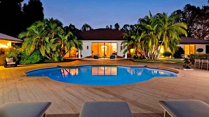 Новый дом с бассейном Адама Левина в Холмби-Хиллз
