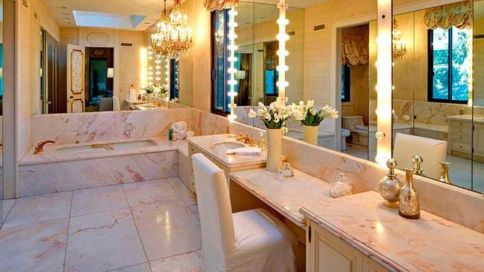 Шикарный дизайн ванной в доме Адама Левина в Холмби-Хиллз