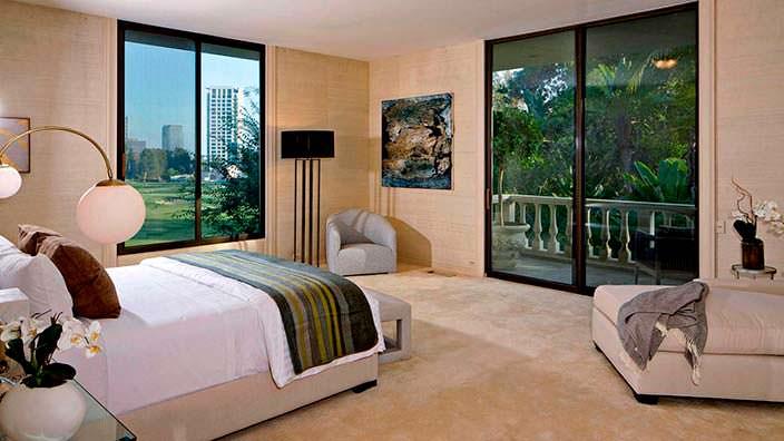 Спальня в доме Адама Левина в Холмби-Хиллз