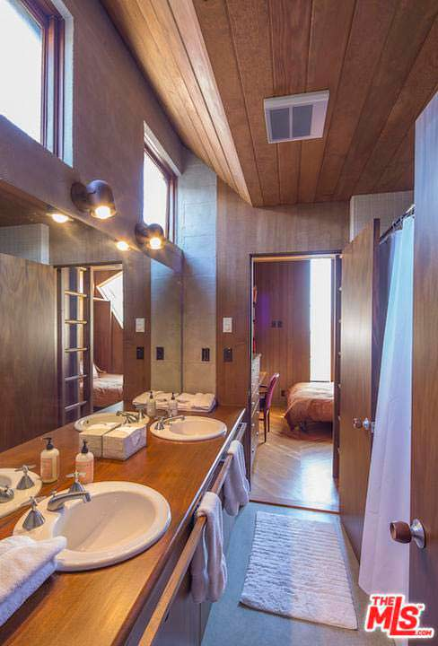Дизайн ванной комнаты в доме из кедра и бетона