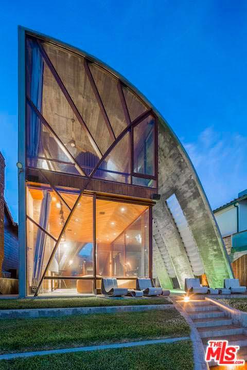 Стеклянный фасад дома Эдварда Нортона с видом на Тихий океан