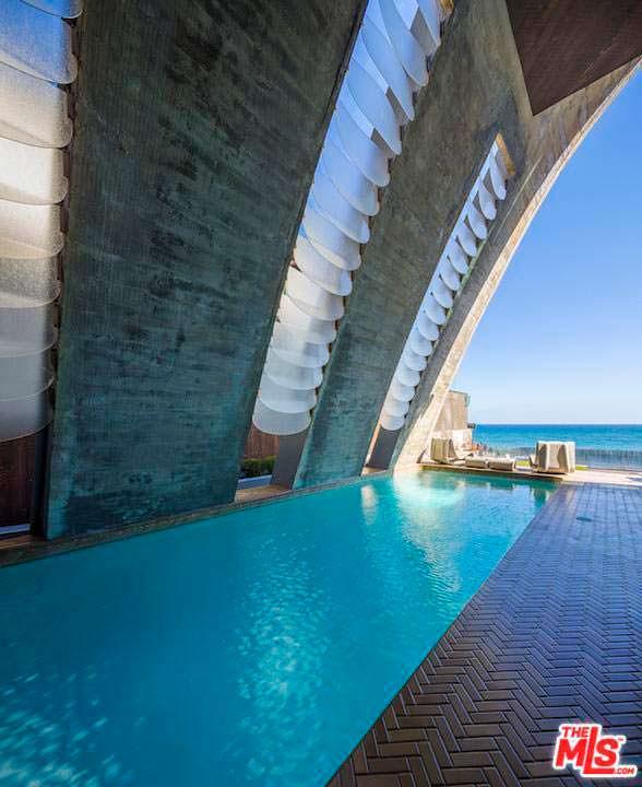 Панорамный бассейн в доме Эдварда Нортона