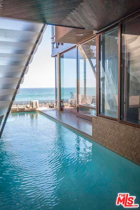 Плавательный бассейн с видом на Тихий океан