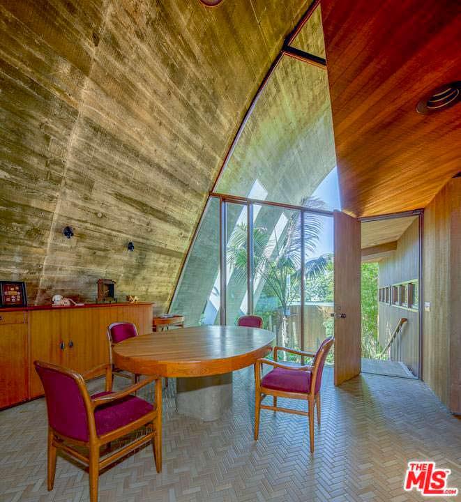 Интерьер столовой в доме из кедра и бетона