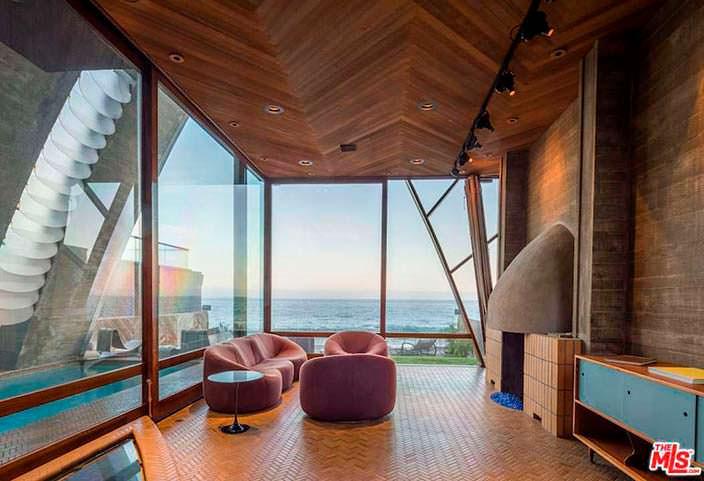 Дизайн стеклянной комнаты с камином