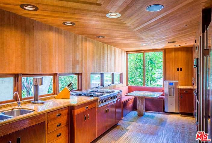 Дизайн кухни из кедра в доме Эдварда Нортона