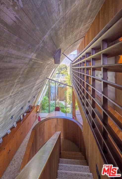 Дизайн лестничной площадки из кедра