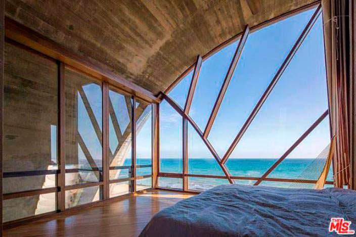 Спальня с панорамным видом на Тихий океан в Малибу