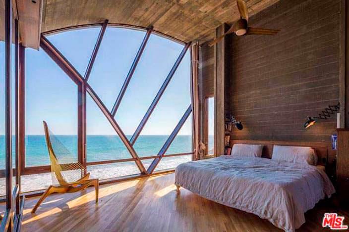 Спальня с видом на океан в доме. Архитектор Джон Лаутнер