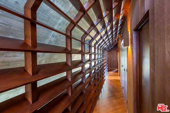 Дизайн коридора в доме Эдварда Нортона в Малибу