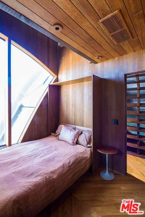 Дизайн спальни в доме из кедра. Архитектор Джон Лаутнер