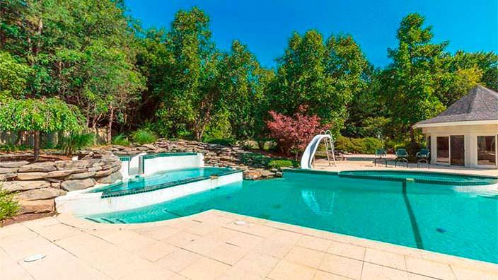 Спа-зона с бассейном на заднем дворе дома Эминема