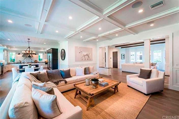 Огромный диван в гостиной