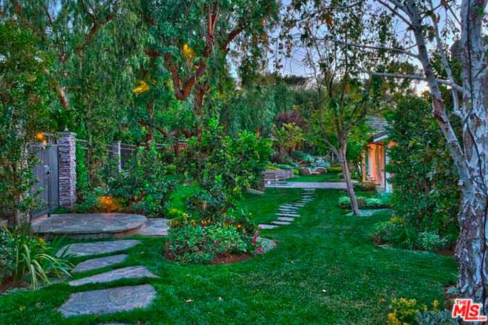 Зеленый сад с тропинкой во дворе дома Игги Азалии