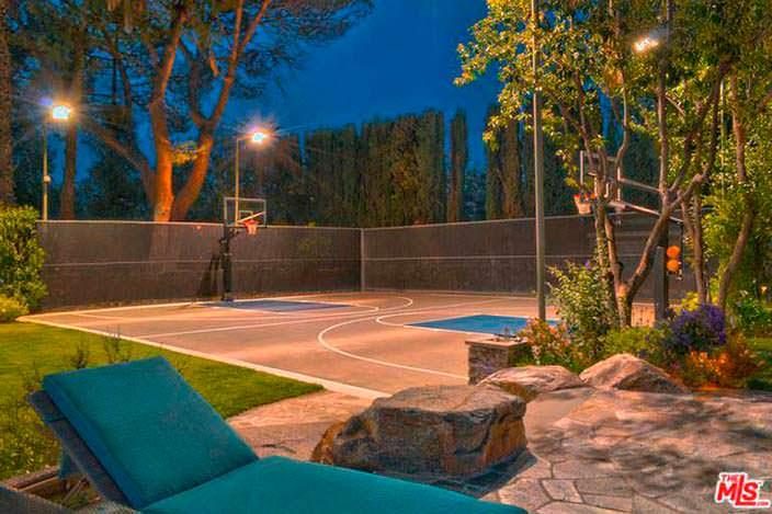 Частная баскетбольная площадка на заднем дворе