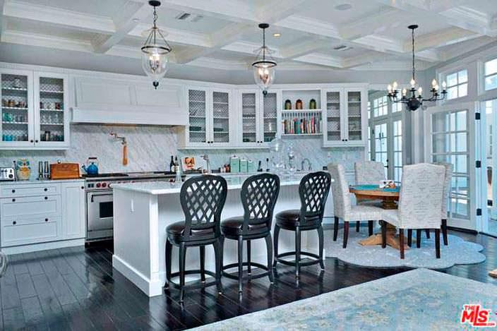 Дизайн кухни: черный пол и белая мебель