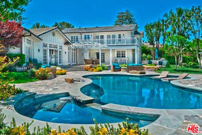 Дом Игги Азалии с бассейном на заднем дворе