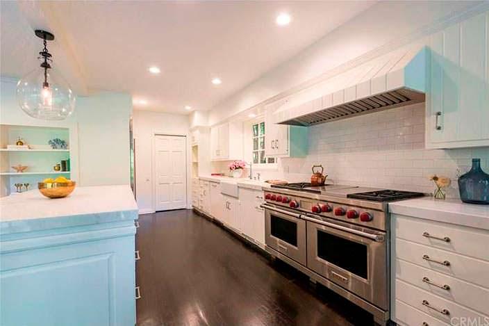 Профессиональная газовая плита на кухне в доме