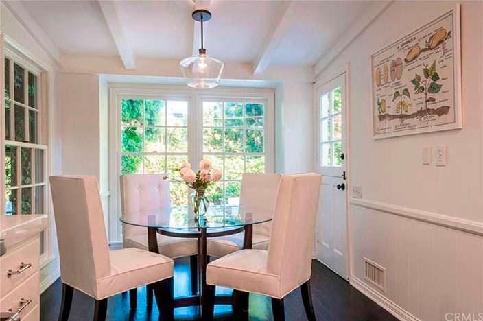 Кофейный стол в интерьере кухни