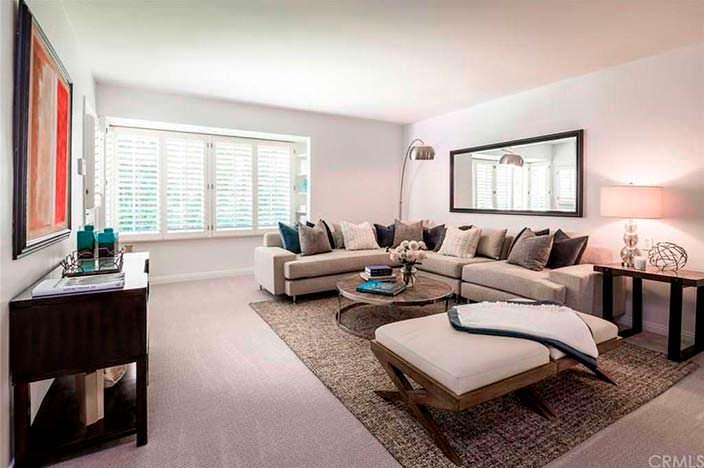Дизайн комнаты с большим угловым диваном