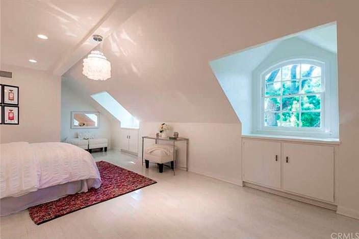 Дизайн спальни на втором этаже дома