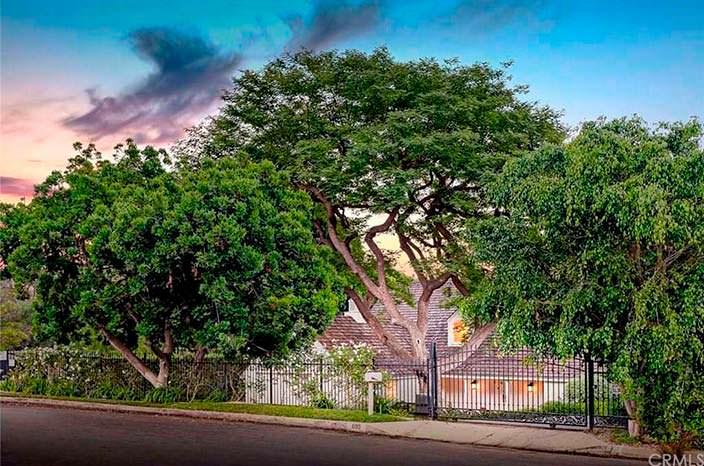 Дом в тени деревьев в Брентвуде, Калифорния