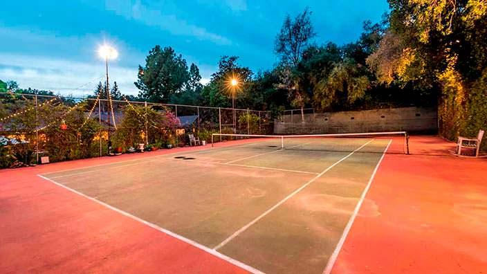 Частный теннисный корт у дома Кейт Уолш в Энсино