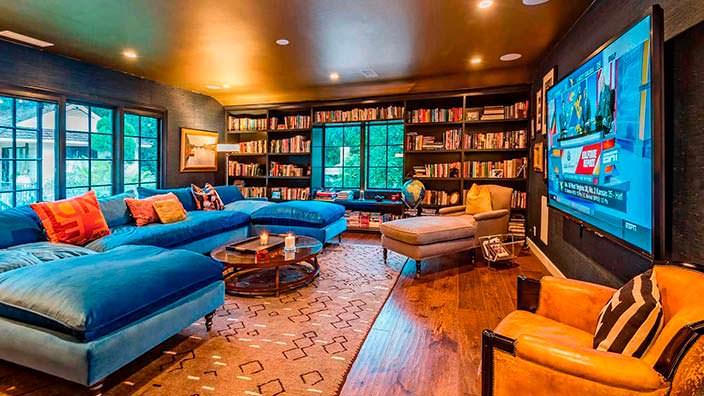 Библиотека и домашний кинотеатр с диваном