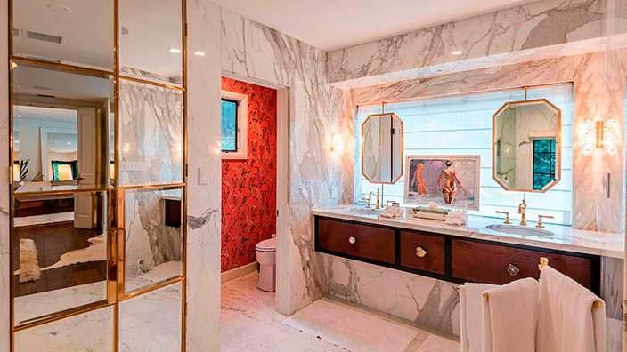 Мраморные стены в интерьере ванной комнаты